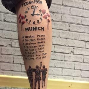 Un fanático del Manchester con un notable tatuaje conmemorativo de la tragedia.