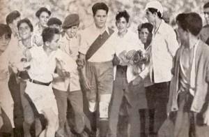 Año 1933. Bernabé rodeado de pibes. El fenómeno popular más grande de aquellos días. Hoy no se dimensiona lo que significó Bernabé para el fútbol argentino.