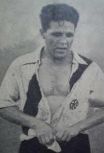 El pecho abierto, la camisa de seda y la banda roja que volvió a ser parte de la indumentaria en aquel 1932. Mítico, porque nunca un jugador había ganerado tanta revolución como Bernabé Ferreyra.