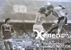 11 de mayo de 1985. El Cholo se eleva aunque la pelota está en las manos del Gato Alejandro Lanari. Triunfo de la Academia 1 a 0 sobre el Deportivo Italiano.
