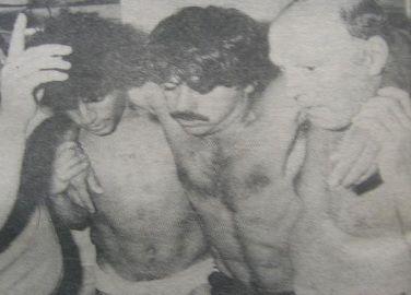 5 de febrero de 1983. La foto que habló el país. El plantel de Sarmiento llegó a Santa Fe para jugar un partido decisivo ante Unión. En el vestuario, los jugadores verdes se descomponen. De la Llera es retirado y no podrá jugar el partido.