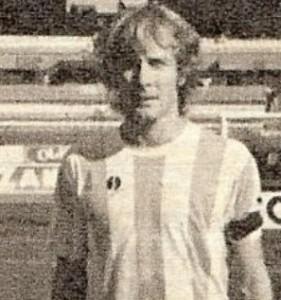 Identikit de Marcelo Firpo: ació en Quilmes (Buenos Aires) el 27 de Diciembre de 1955 Debutó en 1975 en Quilmes AC debido a la huelga de Profesionales, jugando un encuentro. En 1976 pasó a Atlético Concepción, donde jugó el regional. Entre 1977 y 1978 militó en Ñuñorco de Monteros. Fue considerado el mejor jugador de la liga tucumana y fue seleccionado para le combinado provincial. En 1979 fue transferido a Gimnasia y Esgrima de Jujuy. En el Lobo jugó los torneos Nacionales de 1980, 81 y 1982. Jugó 46 partidos y marcó 2 goles. Entre 1982 y 1983 jugó 39 encuentros en Argentinos Juniors, donde señaló 3 goles. En 1984 jugó el Nacional para Estudiantes de Rio Cuarto, siendo parte en los seis partidos del equipo, y el Metro para Atlanta, con 16 partidos jugados. En 1985 volvió a Quilmes. En segunda división jugó 46 partidos, marcando tres goles. En 1988 jugó el regional sur para Dep. Norte de Mar del Plata 1989 lo encontró en Patronato de Paraná Cerró su campaña en 1990, con la casaca del Club Claypole, en Primera C.