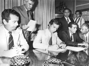 Julio Grondona en 1983. La tarde que firmó contrato Carlos Salvador Bilardo. La AFA no tomó una medida a fondo que reclamaba la sociedad.