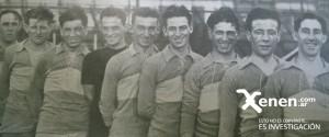 El equipo de Boca Juniors formado en la vieja cancha de madera, previo a la larga gira europea.