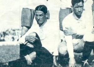 Año 1928. Minutos antes de comenzar un clásico ante Independiente, el ala derecha del ataque de Racing posa para la foto: Natalio Perinetti y Pedro Ochoa. Ambos hicieron historia juntos. Se pueden apreciar los pantalones larguísimos, apenas por sobre las rodillas.