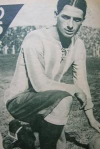 Perfecta raya al medio y los míticos pantalonazos. Natalio posando antes de un clásico ante Independiente. Año 1929.