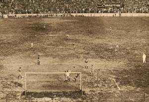31 de mayo de 1931. Primera fecha del campeonato LAF. En Brandsen 805, juegan Boca Juniors y Chacarita Juniors. Igualan sin goles.