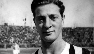 Renato Cesarini con la camiseta blanquinegra de la Juventus de Turín. En su tierra natal no estuvo exento de los escándalos.