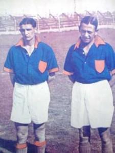 De la Mata y Gabino Sosa. La camisa de Central Córdoba de Rosario.