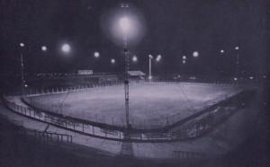 El Gasómetro vacio e iluminado. El Sudamericano 1937 fue el primero que se jugó en horario nocturno.