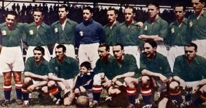 El Euskadi formado antes de disputar un partido. La mayoría de los jugadores fueron parte de nuestro fútbol, y en el caso de Lángara y Zubieta, como figuras históricas.