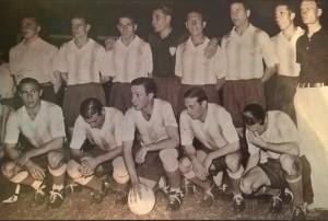 30 de enero de 1937. El equipo que venció 1 a 0 a Brasil, permitiendo el desempate. Tres veteranos Profesores en el equipo titular: Guaita, Scopelli y Zozaya. Varallo y el Chueco miran para abajo. La pelota blanca para jugar de noche.