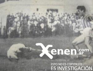 8 de noviembre de 1941. El goleador Fabio Cassán arremete sobre el arquero Vacarezza. Esa tarde, Chaca consiguió su segundo ascenso.