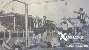 Negri, dentro del arco, festeja su gol. El Payo Pellegrina salta emocionado. Los muchachos de Platense se agarran la cabeza. Era el empate pincharrata. El partido terminó con un rotundo 7 a 3.