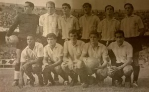 La Academia modelo 1964. Luis Carrizo, Sacchi, Perfumo, Daniel Bayo, Fernández y Martín. Abajo: Dorval, Sivina, Menotti, Oleniak y Belén.