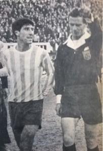 ¡Vayasé! Le indica el árbitro Roberto Barreiro al Panadero Díaz.