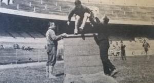 Roberto Perfumo saltando en una práctica. Hijos del esfuerzo.