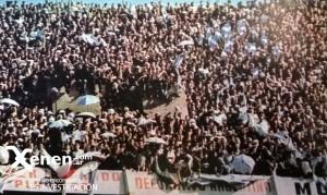 Banderas mezcladas, en aquel tiempo no había división entre locales y visitantes. Racing llevó una multitud a Núñez. Un verdadero fenómeno social.