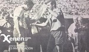 Roberto Anibal Tarabini le xx la faja de campeón al Bocha Maschio. Así se vivió el clásico de Avellaneda: con total confraternidad.