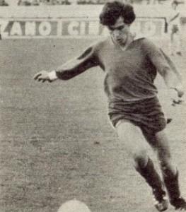 25 de junio de 1972. Bochini, 18 años y mucho pelo, maniobra en el Monumental. Su debut en Primera.