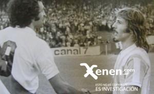 28 de abril de 1974. Carlos Morete felicita a Nito Trossero: acababa de convertirle tres goles a los millonarios.