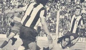 Gol tallarín en el Nacional 74. Willington convierte ante la presencia de Humberto Taborda.