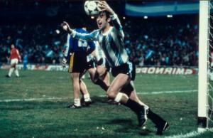 Mario Kempes festeja uno de sus goles ante Perú. El partido de la duda eterna.