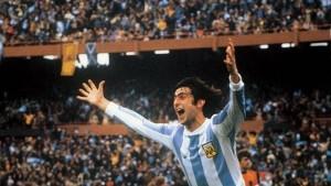 Mario Kempes en un afiche eterno del fútbol argentino. Goleador del certamen, vital en la final con dos goles.