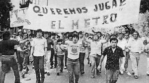Manifestación de hinchas tallarines: querían jugar el Metropolitano. O sea: el profesionalismo porteño.