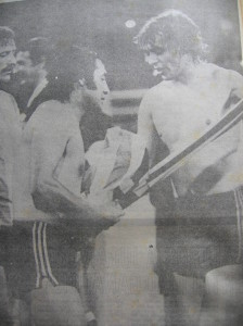 Año 1981. Orte cambia la camiseta con un rival.