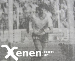 27 de diciembre de 1983. Ezequiel Borrelli grita el segundo gol funebrero en Lomas de Zamora. Regreso a Primera A.