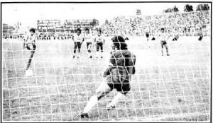 Marcos Capocetti convierte el penal del triunfo y permanencia tatengue. Año 1983.