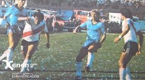 10 de abril de 1983. El Tolo Gallego rompe un ataque celeste. Junto al campeón del mundo, Husillos y Orte.