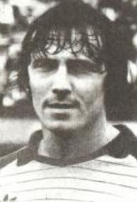 16 de octubre de 1983. ¡Sin bigotes! El día de su debut ante Argentinos, en 1983. Hacía dos años que ya hacía banco de Primera. Le tocó el peor momento de Racing en su historia: el descenso.