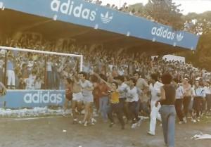21 de diciembre de 1985. La vuelta olímpica en cancha de Defensores de Belgrano. Ascenso a la B.