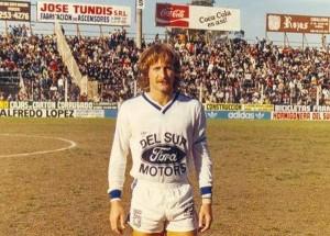 La estampa de un volante de los de antes. Firpo en 1985. Gran campaña en su regreso a Quilmes. Estuvo muy cerca del ascenso, que le correspondió a Rosario Central y Racing Club, dos grandes en desgracia.