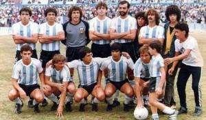 23 de marzo de 1985. Racing 4 - 1 Villa Dálmine. Carrizo, Cordero, Traverso, Walter Fernández, Castelló y Sicher. Abajo: Azerrad, Orte, Attadía, González y Colombatti.