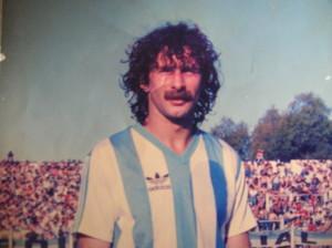 """IDENTIKIT DE NESTOR SICHER. Nació en Claypole, el 29 de agosto de 1960. Profesional desde 1978, jugó en Lanús hasta diciembre de 1984. Logró el título de Primera C 1981. Con el Grana en la B jugó 83 partidos y marcó 3 goles. En 1985 pasó a Racing. En la Academia jugó 42 partidos, marcando el histórico gol de regreso a la """"A"""". Entre 1986 y 1988 jugó 7 partidos con Gimnasia Esgrima La Plata en Primera A. Entre 1988 y 1991 vistió la camiseta de Chacarita Juniors en la B Metropolitana Entre 1991 y 1994 jugó en Brown de Adrogué, en Primera C."""