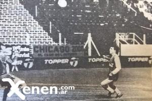 18 de octubre de 1986. Gustavo Sigifredo empata el partido ante Maipú. Luego convertirá el gol del triunfo.