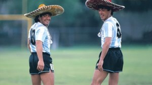 Diego Maradona y Daniel Passarella. Los dos capitanes campeones mundiales. Surgidos en equipos chicos: Argentinos Juniors y Sarmiento de Junín.