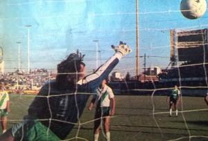 14 de abril de 1987. Por más que Eduardo Quinto Pagés se estire, nunca llegará a tapar el remate de Maximiliano Cincunegui. Deportivo Armenio aquella tarde se consagró campeón del primer torneo Nacional B.