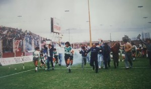La vuelta olímpica en la última fecha del Nacional B 1986/87. Goleada 4 a 1 a Huracán en cancha de Platense. Una temporada tan brillante como inesperada de Deportivo Armenio.
