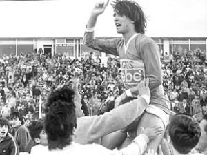 Luis Paquillo Sánchez en andas. Figura y goleador de Estación Quequén.
