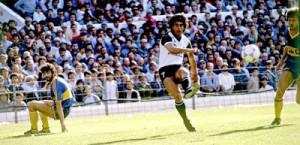 11 de septiembre de 1988. El remate de Sergio Maciel en la Bombonera. El delantero falleció jóven, el 4 de agosto de 2008.