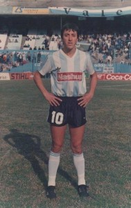 Tapado por Miguel Colombatti y Rubén Paz, Víctor Rabuñal no tuvo continuidad en un Racing que hizo historia.