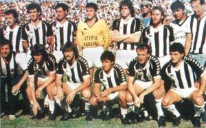 El equipo que enfrentó a Lanús aquel 29 de mayo de 1989: Di Marco, Valdéz, Freyre, Ferlatti, Sperandío y Parrado. Abajo: Cravero, Noremberg, Fernández, Luis Sosa y Rosas.