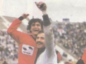 Festejando junto a Fernando Miguez con la camiseta de Colón de Santa Fe. Año 1989.