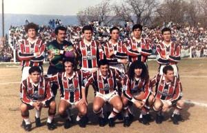 Chacarita 1993. Con la dirección técnica de Juan Manuel Guerra, la Tricolor volvía a los primeros planos. Rabuñal es el tercero de los agachados.