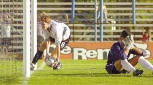 Facundo Sava recoge la pelota en búsqueda de un nuevo descuento. El colorado, camiseta número 6, marcó cuatro goles aquella tarde del 6 a 6 entre triperos y sabaleros.