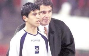 5 de julio de 2003. Oscar Ruggeri le da indicaciones a un pibe de 15 años recién cumplidos. Es Sergio Kun Aguero.